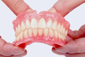 Šiuolaikinės dantų plokštelės gaminamos iš ypatingai aukštos kokybės medžiagų, savo išvaizda praktiškai nesiskiriančių nuo natūralių dantų ir dantenų.